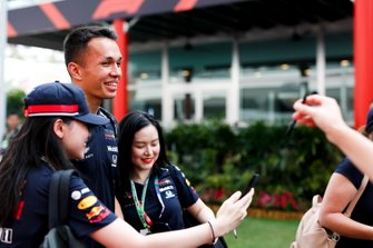 Alexander Albon, Red Bull Racing takes a selfie with a fan