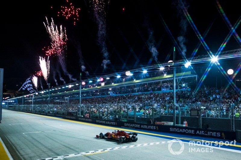 Ganador Sebastian Vettel, Ferrari SF90, toma la bandera a cuadros