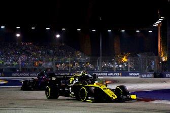Nico Hulkenberg, Renault F1 Team R.S. 19, devant Daniil Kvyat, Toro Rosso STR14