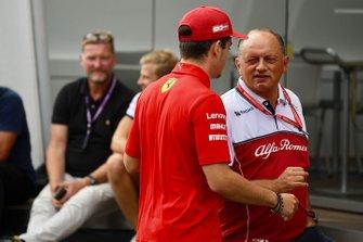 Frederic Vasseur, Teambaas, Alfa Romeo Racing, en Charles Leclerc, Ferrari