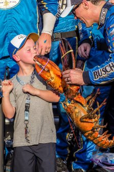 Kevin Harvick, Stewart-Haas Racing, Ford Mustang Busch Beer / National Forest Foundation in victory lane with son Keelan and Loudon the Lobster