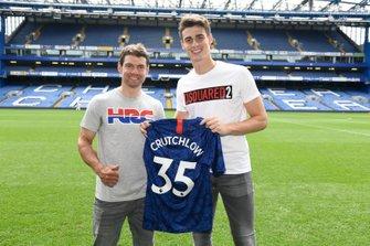 Il portiere del Chelsea, Kepa Arrizabalaga, regala una maglia a Cal Crutchlow (LCR Honda)