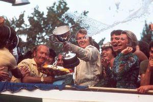 Победитель Гран При Италии Ронни Петерсон и руководитель команды Lotus Колин Чепмен