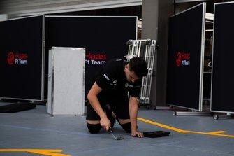 Un membro del team Haas al lavoro in pit lane