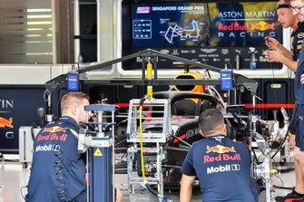 Meccanici della Red Bull Racing RB15 al lavoro