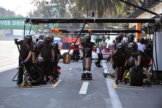 Механики Haas F1 готовятся к пит-стопу