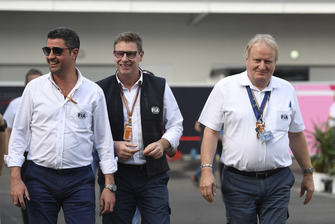 Пилот автомобиля безопасности Бернд Майландер и делегат FIA Джо Бауэр