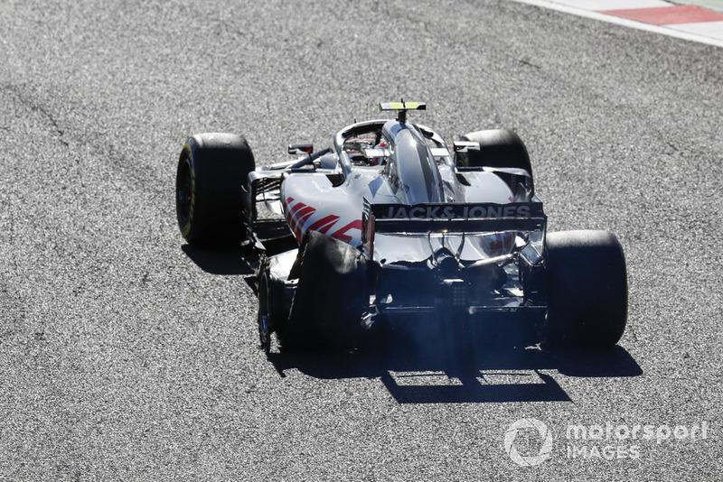 Kevin Magnussen, Haas F1 Team VF-18, con su neumático trasero reventado después de tocar con Charles Leclerc, Sauber C37