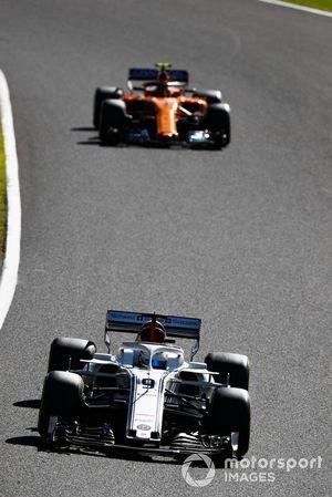 Marcus Ericsson, Sauber C37, leads Stoffel Vandoorne, McLaren MCL33
