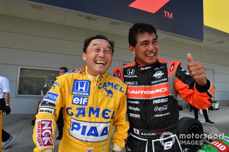 Satoru Nakajima et Aguri Suzuki lors des Legends F1 30th Anniversary Lap Demonstration