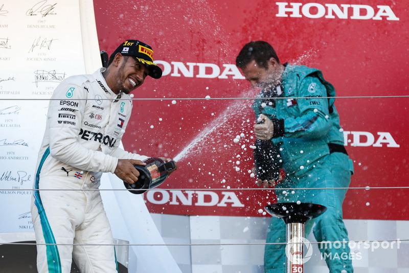Il vincitore della gara Lewis Hamilton, Mercedes AMG F1, spruzza lo Champagne sul podio