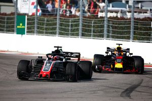 Romain Grosjean, Haas F1 Team VF-18, et Daniel Ricciardo, Red Bull Racing RB14