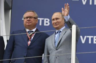 Andrey Kostin, President VTB Bank en Vladimir Putin, President van Rusland op het podium
