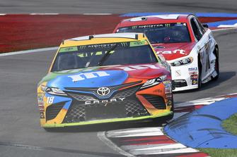 Kyle Busch, Joe Gibbs Racing, Toyota Camry M&M's, Paul Menard, Wood Brothers Racing, Ford Fusion Motorcraft / Quick Lane Tire & Auto Center