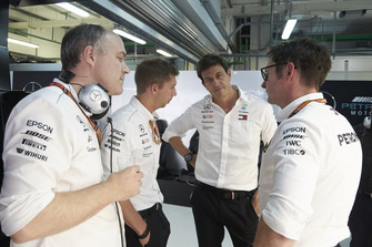 Toto Wolff, Mercedes AMG F1 Director of Motorsport, with the Mercedes AMG team after the race