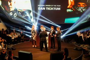 Le pilote Williams F1 George Russell, et le pilote McLaren F1 Lando Norris sur scène pour remettre le prix de pilote national de l'année à Dan Ticktum, un prix accepté par Derek Warwick
