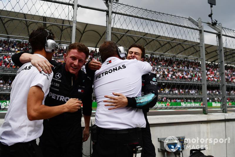 El equipo Mercedes-AMG F1 celebra el título de Lewis Hamilton