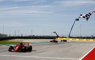 Kimi Raikkonen, Ferrari SF71H, 1e plaats, wordt afgevlagd voor Max Verstappen, Red Bull Racing RB14, 2e plaats, en Lewis Hamilton, Mercedes AMG F1 W09 EQ Power+, 3e plaats