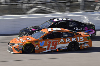 Daniel Suarez, Joe Gibbs Racing, Toyota Camry ARRIS e Landon Cassill, StarCom Racing, Chevrolet Camaro Share Foundation