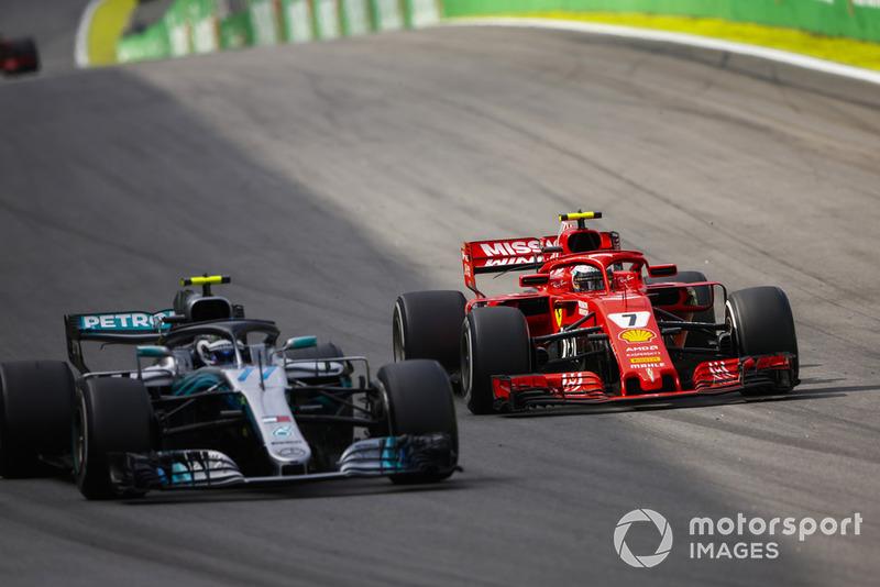 Kimi Raikkonen, Ferrari SF71H, sfida Valtteri Bottas, Mercedes AMG F1 W09.