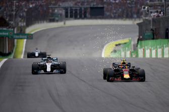Max Verstappen, Red Bull Racing RB14, passeert Lewis Hamilton, Mercedes AMG F1 W09.