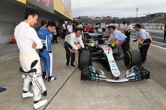 Kazuki Nakajima and Takuma Sato look at Mercedes-AMG F1 W09 at Legends F1 30th Anniversary Lap Demonstration
