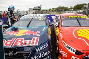 Yarış galibi Shane van Gisbergen, Triple Eight Race Engineering Holden, 2. Scott McLaughlin, DJR Team Penske