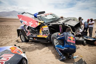 #300 X-Raid Mini JCW Team: Lucas Cruz after the crash