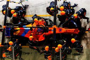 Fernando Alonso, McLaren MCL33, maakt een pitstop