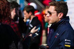 Robin Frijns, Envision Virgin Racing, talks to the press