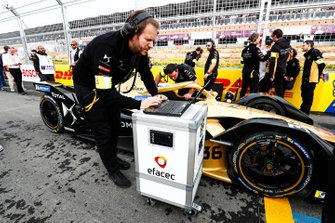 Engineers make the final checks on Andre Lotterer car, DS TECHEETAH, DS E-Tense FE19