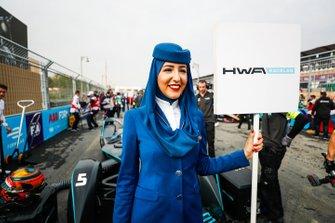 Representante de Saudia con el letrero de Stoffel Vandoorne, HWA Racelab, VFE-05