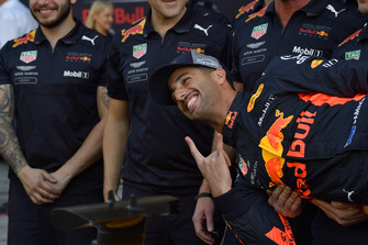 Daniel Ricciardo, Red Bull Racing and mechanics at the team photo