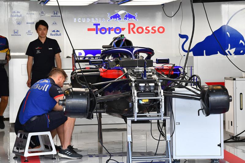 La Scuderia Toro Rosso STR13 dans le garage