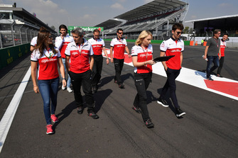 Tatiana Calderon, pilote d'essais Sauber, et Charles Leclerc, Sauber