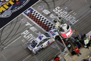 Kevin Harvick, Stewart-Haas Racing, Ford Fusion Mobil 1 takes the checkered flag and win