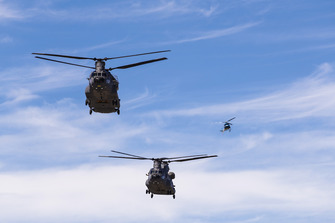US Army Boeing CH-47F Chinook ve Airbus AS350