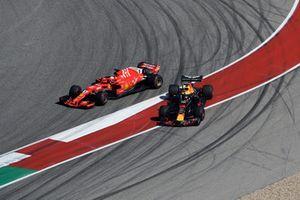 Sebastian Vettel, Ferrari SF71H e Daniel Ricciardo, Red Bull Racing RB14, si scontrano nel primo giro