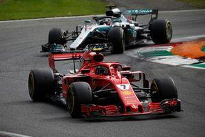 Kimi Raikkonen, Ferrari SF71H precede Lewis Hamilton, Mercedes AMG F1 W09