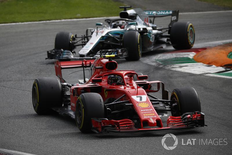 Kimi Raikkonen, Ferrari SF71H przed Lewisem Hamiltonem, Mercedes AMG F1 W09