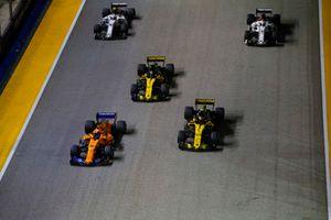 Fernando Alonso, McLaren MCL33, devant Carlos Sainz Jr., Renault Sport F1 Team R.S. 18, Nico Hulkenberg, Renault Sport F1 Team R.S. 18, Charles Leclerc, Sauber C37, et Marcus Ericsson, Sauber C37