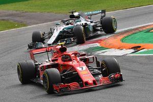 Kimi Raikkonen, Ferrari SF71H y Lewis Hamilton, Mercedes AMG F1 W09