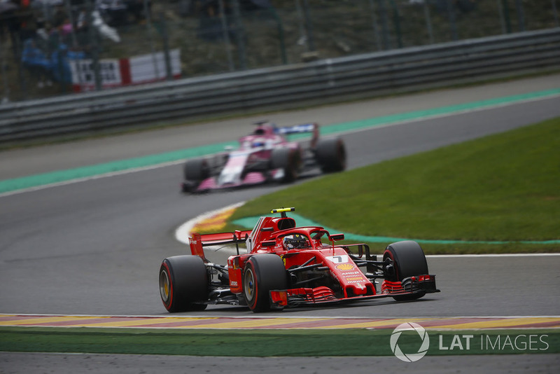 Kimi Raikkonen, Ferrari SF71H, devant Sergio Perez, Racing Point Force India VJM11