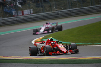 Kimi Raikkonen, Ferrari SF71H, voor Sergio Perez, Racing Point Force India VJM11