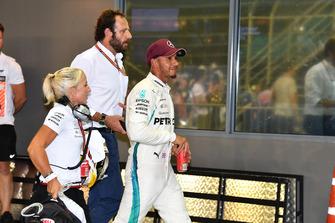 Lewis Hamilton, Mercedes AMG F1 con Angela Cullen, addetta stampa e fisioterapista, e Matteo Bonciani, Delegato Media FIA, nel parco chiuso