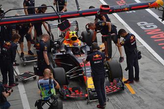 Max Verstappen, Red Bull Racing RB14 in de pits
