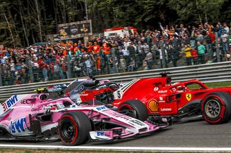 Esteban Ocon, Racing Point Force India VJM11, Sebastian Vettel, Ferrari SF71H, Lewis Hamilton, Mercedes AMG F1 W09 and Sergio Perez, Racing Point Force India VJM11 battle