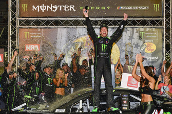 Kurt Busch, Stewart-Haas Racing, Ford Fusion Monster Energy / Haas Automation, festeggia in victory lane