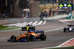 Carlos Sainz Jr., McLaren MCL35, Daniil Kvyat, AlphaTauri AT01, Daniel Ricciardo, Renault F1 Team R.S.20