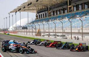 Машины Ф1 сезона 2021 года на стартовой прямой перед началом тестов
